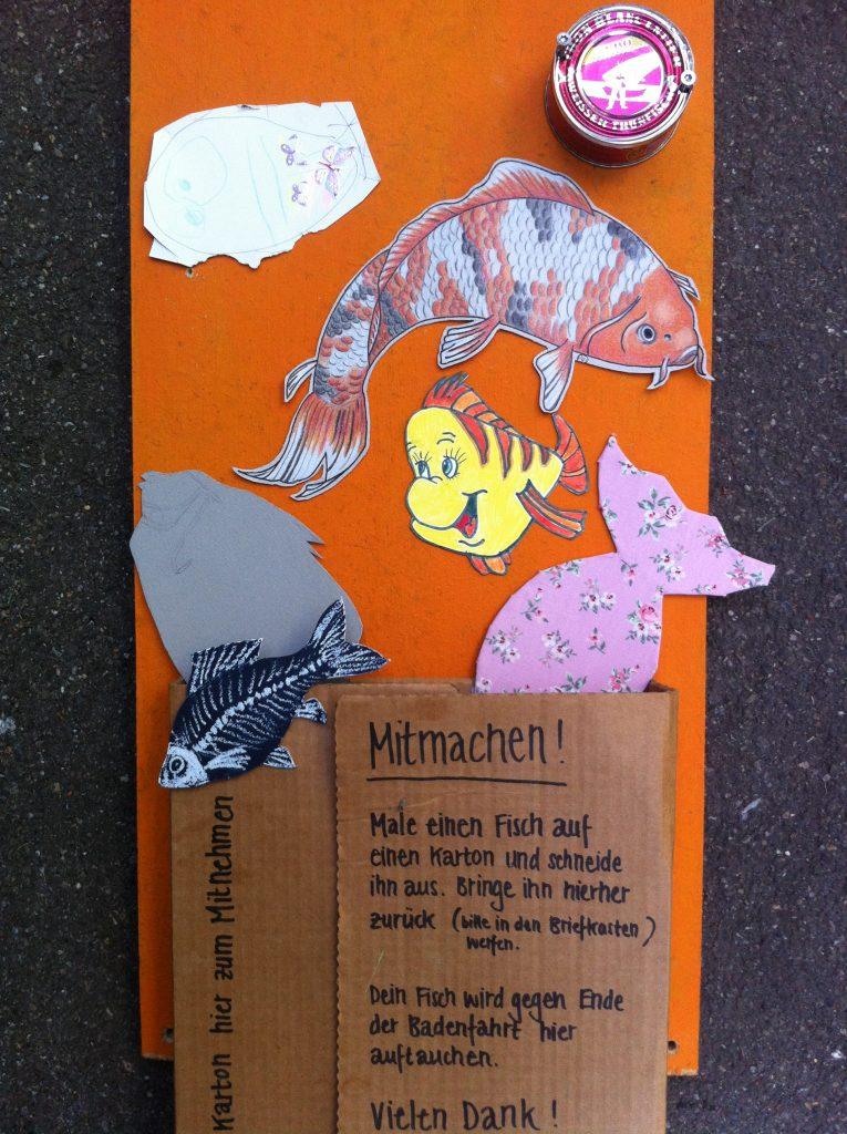 Vielen Dank für die Fische, die in unserem Briefkasten gelandet sind und dann im Schaufenster herumschwammen!